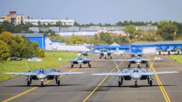 数量不够苏34来凑?俄罗斯苏57战机跑道上演大象漫步