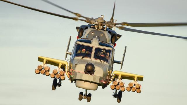 可打一个小舰队?英国野猫直升机新短翼狂挂无足鸟导弹