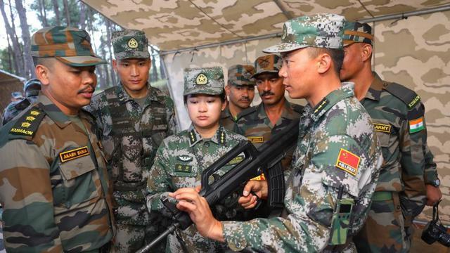 中印反恐训练现场:www.3158sun.com ,解放军手把手教印军用中国枪械