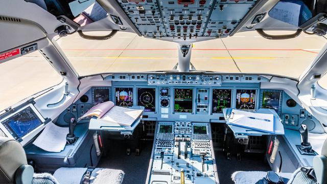 俄罗斯红翼航空苏霍伊超级喷气机100客机驾驶舱