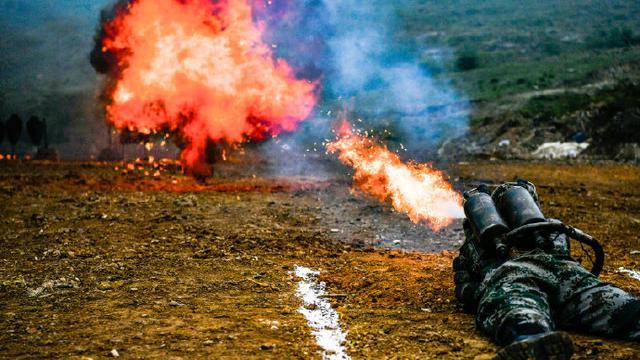 火龙出击!多角度实拍喷火兵训练瞬间