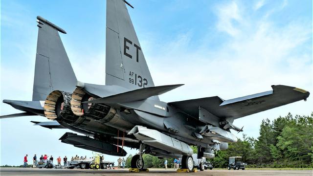 美军F-15E战斗机单机挂5枚1吨重隐身导弹