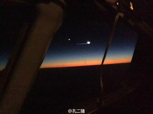 网友在飞机上拍照,上传者多是民航飞翔员,上传时刻12月13日23:48,网友称事件发作时间是上传相片的两个半小时前,左边亮点为玉轮
