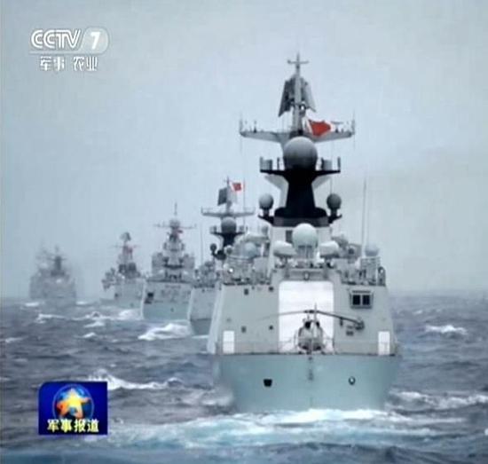 中国海军南海军演现场,战舰排成长龙