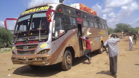 22日,肯尼亚一辆巴士遭索马里青年党武装分子袭击(图:华盛顿邮报)