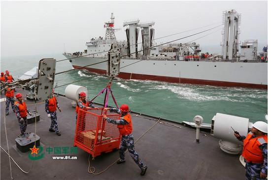 海军登陆舰支队在南海进行补给演练。