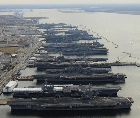 2012年12月20日,美国海军诺福克母港内,5艘航母及大量两栖攻击舰、大型船坞登陆舰整齐停靠码头准备迎接圣诞节