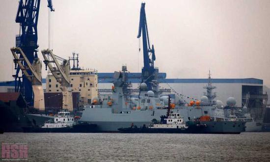 正在下水的054A型护卫舰(图片来源:HSH发烧友论坛)