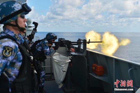 当地时间12月23日下午,海军第二十二批护航编队在印度洋某海域组织海上实弹射击,这是第二十二批护航编队在印度洋进行的首次战术轻武器实弹射击训练。此次实弹射击分为轻武器对海射击、对海警示拦阻射击、远程精确狙击和特种弹药射击4个部分。图为拦阻射击。