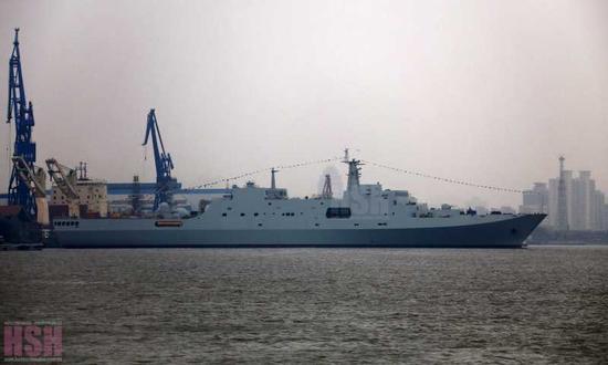 正在下水的071A型船坞登陆舰(图片来源:HSH发烧友论坛)
