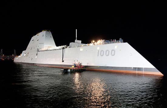 刚自缅因州巴斯钢铁造船厂的船坞驶出的朱姆沃尔特号。摄于2013年10月