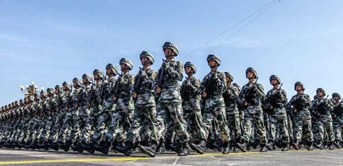 """图为9月3日,中国人民抗日战争暨世界反法西斯战争胜利70周年纪念大会在北京隆重举行。这是百团大战""""白刃格斗英雄连""""英模部队方队通过天安门广场。新华社记者-沈伯韩-摄。"""