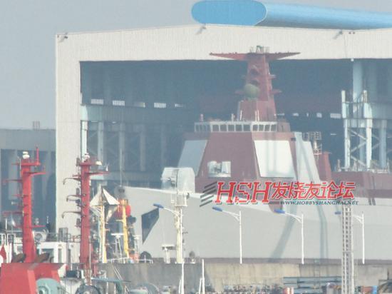 近日,某地军工船厂新一艘052D级驱逐舰挂着红花下水,据网友分析认为这是该级别的第8艘舰。目前,海军已经接收了3艘该级战舰。(来源:HSH发烧友论坛)