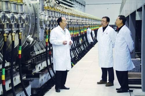 邓建军(左)、石金水(右)、李劲(中)讨论技术问题。
