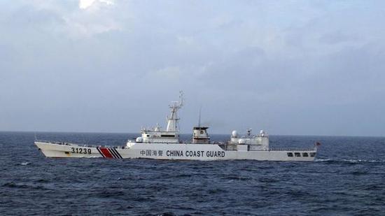 日本共同社12月22日有消息称,据日本第11管区那霸海上保安总部透露,22日发现在钓鱼岛附近12海里外侧毗邻区航行的一艘中国海警船疑似配有机关炮。