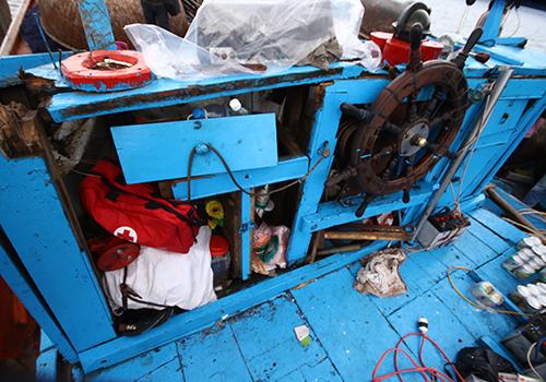 被撞击的越南渔船