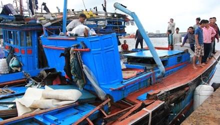 被撞击的越南渔船,可见驾驶台完全损毁