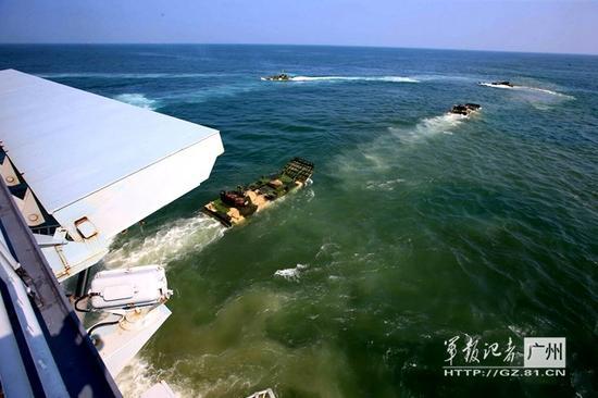 官媒曝登陆演习壮观画面:两栖坦克鱼贯而出