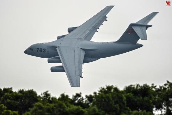 中国空军批量美照出炉 运20大角度侧飞身姿美妙