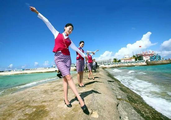 空姐登上永暑礁,身影婀娜多姿。新华社记者 查春明 摄