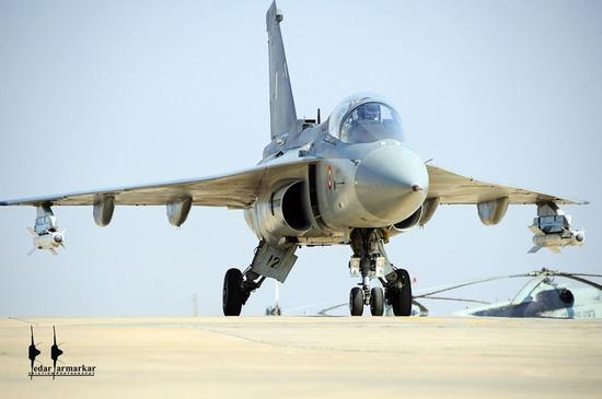 """跟据印度""""印度防务研究之翼""""网站近日的消息称,有在科伦坡的消息人士表示,印度对斯里兰卡拿出LCA战机,用来和巴基斯坦的""""枭龙""""竞争。此前有消息称巴基斯坦正向斯里兰卡推销""""枭龙""""战机。印度和巴基斯坦都已就自己的产品向斯里兰卡出价,希望用自己的产品取代斯里兰卡空军老旧的以色列产幼狮战机和俄制米格-27战机。不过在笔者眼中,LCA作为一款连本国军队都不愿意接收的战机,印度政府居然想用它来换取外汇,实在不知道印度的信心究竟从何而来。"""