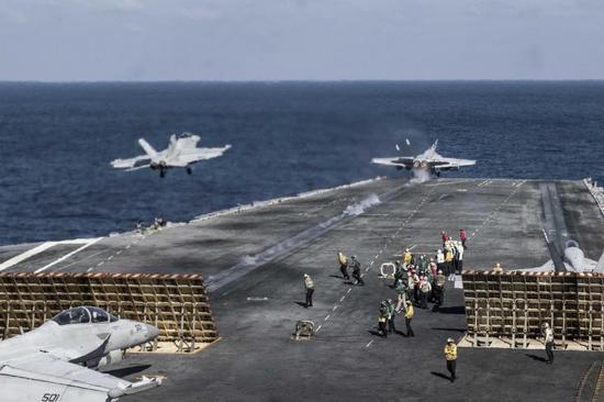 """美国海军""""里根""""号航母战斗群在中国南海东边的菲律宾海进行实战训练,""""超级大黄蜂""""舰载战机升空进行战术训练。"""