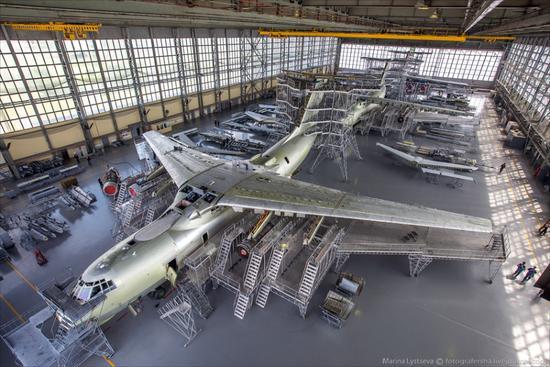 位于俄罗斯斯塔拉亚罗萨的123飞机修理厂(123 ARZ)近日邀请了媒体记者进厂参观。该厂主要是业务就是为国内外用户升级、翻新、改造老旧的伊尔-76大型运输机。从1973年开始,前苏联时期塔什干飞机生产联合体一共生产了约950架伊尔-76运输机。它们中大部分装备了前苏联军队。还有一部分用于出口。