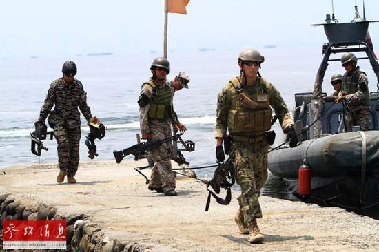 资料图片:在菲律宾吕宋岛甲米地省,菲美两军士兵参加联合军演。