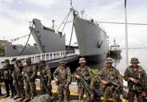 资料图:菲律宾海军陆战队员和登陆舰。