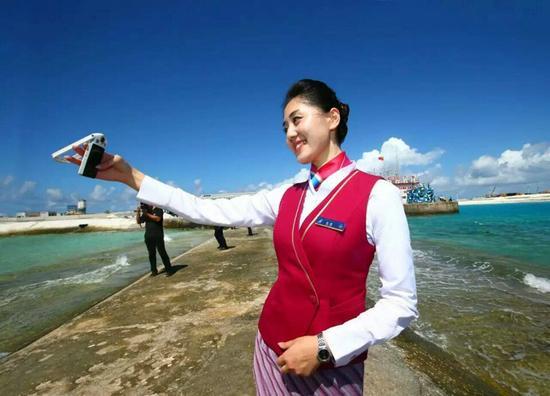 资料图:空姐登上南沙永暑礁