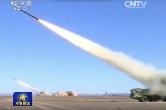 解放军远程火箭炮部队齐射。