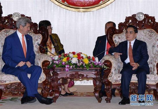 在老挝首都万象,老挝总理通邢(右)会见美国国务卿克里(左)。