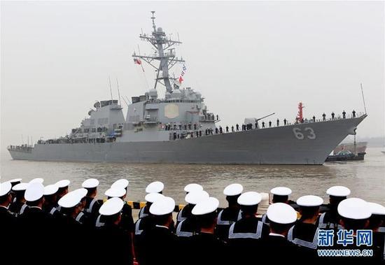 """美国海军""""斯特蒂姆""""号驱逐舰在访问上海。新华社记者 陈飞 摄"""