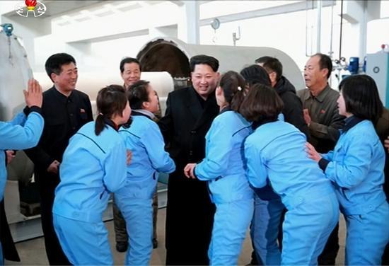 金正恩视察平壤一纺织厂