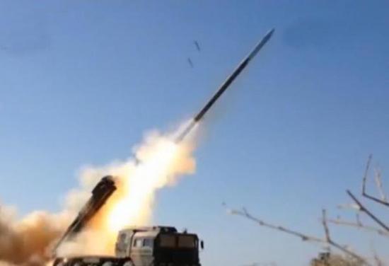 2015年9月,42军火箭炮旅发射新型远程制导火箭弹