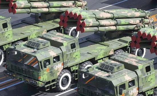 2009年国庆阅兵式上出厂的PHL-03火箭炮是那场横跨80-90年代的远火大竞争中的胜利者