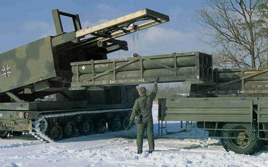 美制M270火箭炮则把重点放在快速大范围投射反装甲子弹药、覆盖苏军坦克进攻队形方面