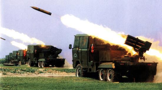 很长一段时间内,我军使用的130毫米火箭炮,其原理实际上和107毫米火箭炮相近,与俄制122毫米火箭炮相比,发展潜力不足