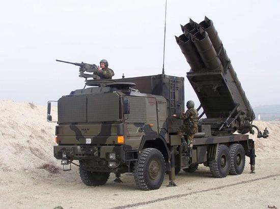 """土耳其TR-300火箭炮,外形上看似乎比原产WS-1""""洋气""""多了,主要是因为采用了MAN公司的卡车底盘和北约三色迷彩的缘故"""