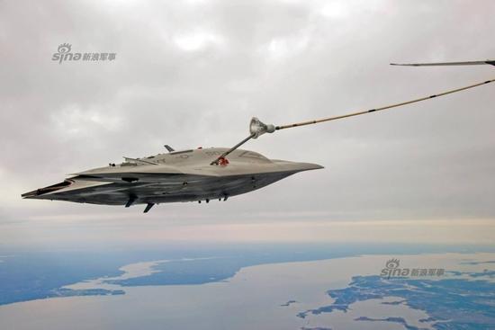 2015年4月15日,美国海军X-47B舰载无人战机在切萨皮克湾上空成功完成空中加油对接测试。执行空中对接的加油机是欧米茄公司的K-707加油机,这是一家私人公司。本次测试并未进行输油过程,第二次测试时才会完成全部加油过程。