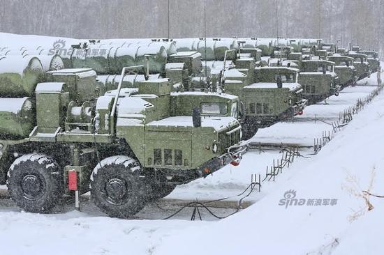 随着S-400远程防空导弹产量不断增加,俄军已经开始在全国及境外重要地区部署这款新型防空武器。目前,除了莫斯科周边部署了S-400以外,俄军近期又将新一批防空导弹驻扎进新西伯利亚。该地区隶属于俄军中央军区管辖。此处为俄罗斯要害腹地。