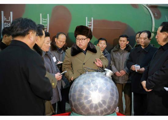 资料图:3月9日,金正恩视察核工厂。
