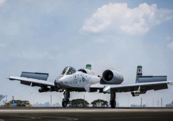 资料图片:4月27日,美军A-10攻击机在菲律宾克拉克空军基地着陆。(图片来源于网络)