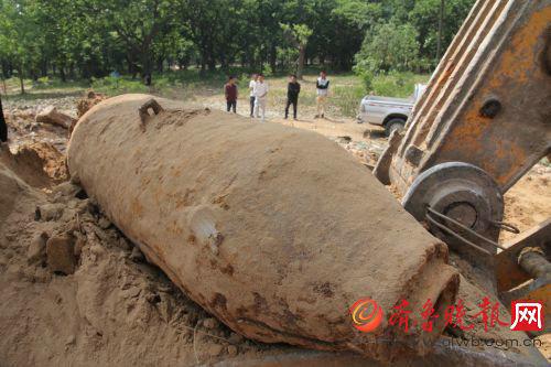 图为挖掘机一铲子下去挖出了这么个大铁家伙。
