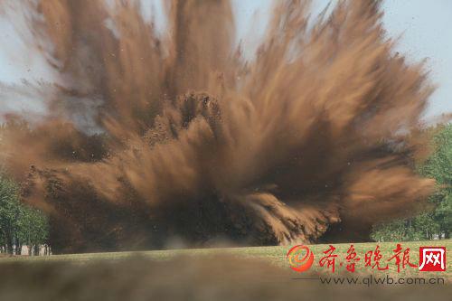图为航弹被引爆后,现场腾起一片黄沙,场面惊人。