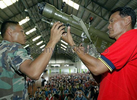 泰国空军士兵向民众展示红缨-5型肩扛式近程防空导弹。
