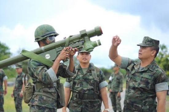 图片:使用前卫-18导弹进行训练的泰国士兵,导弹下方的L型电池是该型号的外观特征。
