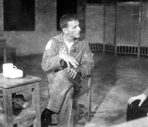 1965年9月20日在海南岛被俘的美军飞行员菲利普·史密斯接受我军问讯