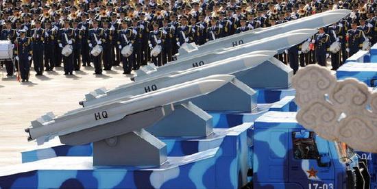 图为红旗-16导弹参加阅兵式