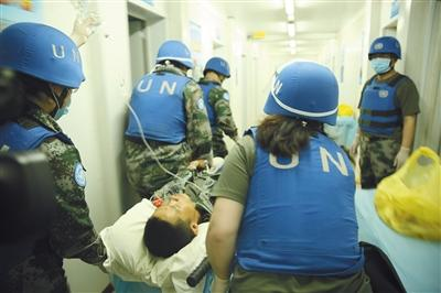 当地时间5月31日,在马里北部加奥,中国第四批赴马里维和医疗队救治袭击事件伤者。